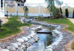 Декоративный ручей в саду