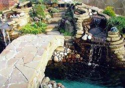 Каменные бордюры и руины в архитектуре сада